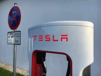 El choque del modelo 3 de Tesla arroja baterías a una casa cercana - e087.com